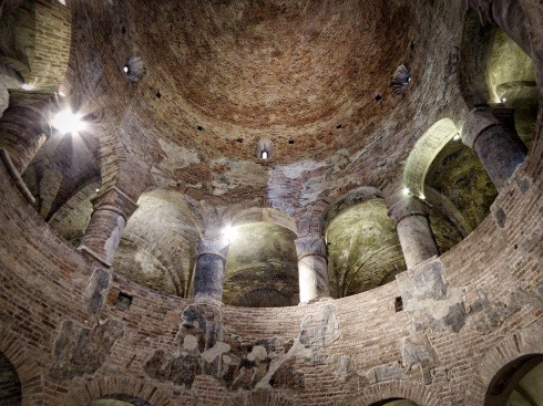 Rotonda di San Lorenzo, Mantua, where an apothecary waits